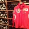 Casacca Ferrari appesa in cantina: da Modena a Maranello corrono appena 17 chilometri