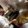 Nel pentolone di Massimo: croste di parmigiano, bucce di patate, foglie di alloro, prosciutto