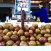 Nel mercato della frutta e della verdura (indirizzo: Armodiou, proprio a fianco del mercato della carne e del pesce) spiccano ovviamente tante varietà di olive