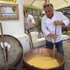 Davide Scabin inizia a preparare la polenta per il brunch della domenica all'agriturismo El Brite de Larieto, al passo Passo Tre Croci di Cortina