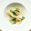 Tortelloni al miso di patata dolce con funghi matsutake, dashi di alga combu e abete di Andrew Zimmermann