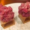 Cubo de wagyu. Cubo di chips di patata croccante con sopra una tartare di wagyu trattata con olio, sale, senape di Digione, uova e pepe. Una magnifica tapa da circa 2 cm per lato, che ricorda le battute al coltello della tradizione piemontese