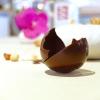 Sulla tavola una sfera di cioccolato, zuccherini all'anice, gelatine di mela, zest di arancia, arachidi caramellate, il tutto accompagnato con un centrifugato di mela verde ed olio extravergine