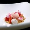 Fragola, rabarbaro: le fragole sono sia fresche che in gelato e in meringa; il rabarbaro è fresco e in composta. Poi succo d'uva
