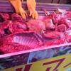 Carne di cane, la parte più controversa della cucina coreana. È un'usanza ora molto meno diffusa di un tempo, quando la povertà costringeva a introdurre i 4 zampe nella dieta. I cani preferiti sono i nureongi (razza gialla). Li mettono a bollire per un paio d'ore e li accompagnano con aglio, cipolla verde e talvolta del ginger. La carne è molto saporita, dicono