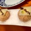 Miniairbagde queso. Miniairbag di spuma di formaggio manchego, caviale di nocciola e polvere di buccia di nocciole
