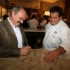 Oscar Farinetti, patron di Eataly, firma il grembiule ricordo di Identità New York 2010