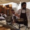 Il padrone di casa Riccardo Gaspari si prepara a roteare gli spaghetti nella pentola