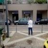 PENSIEROSO. Ore 16.30 Massimo Bottura riflette in piazzale Greco prima del servizio