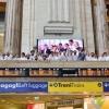 Gli chef affacciati alla balconata della Stazione Centrale di Milano