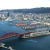 Kobe, un milione e mezzo di abitanti, è la capitale tranquilla della prefettura giapponese di Hyogo, a sua volta inserita nella macro-regione di Kansai, raggiungibile dall'aeroporto internazionale di Osaka. Kobe dista da Osaka un'oretta di macchina e 23 minuti di Shinkansen, i treni ad alta velocità del Giappone. La tratta Kobe-Tokyo, circa 550 chilometri, si percorre in appena 2 ore e mezza