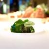 La nostra splendida cena da Antonia Klugmann nelle foto di Tanio Liotta. Si inizia con Fagottino di bieta sbollentata, carota candita, curcuma, peperoncino, succo di limone e trifoglio