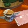 Tosta de pollo y anchoa. Primo piatto: toast di pelle di pollo conlisca di acciuga.A lato, una crema di acciughe composta da burro e pasta di acciughe