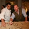 Mario Batali, chef patron del ristorante Manzo all'interno di Eataly, firma il grembiule ricordo di Identità New York 2010