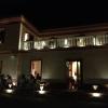 Casa Puddu e i tavoli del S'Apposentu tra le luci della sera