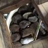 Il futuro miso è messo a fermentare per due anni pressato da massi rocciosi, sotto al pavimento dell'azienda Rokko. Questi miso sono pregiati perché la loro salinità è molto inferiore rispetto agli stessi simili più cheap