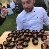 Salvatore Avallone, chef del ristorante Cetaria di Baronissi (Salerno) coi suoi finger di maiale e gamberi