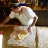 La bougatsa, che in questo caso viene riempita di crema pasticcera, è fatta di pasta fillo tirata a mano e spesso fatta roteare dall'artigiano che la impasta: è estremamente elastica, poiché ricchissima di burro (con farina, acqua e un poco di lievito, ma la lievitazione dura solo 20 minuti)