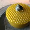 Il piatto successivo è contenuto in un simpaticocontenitore in cera d'api. Sono palloncini gonfiati e intinti più volte nella cera d'api in fogli. «Abbiamo passato settimane a costruirle. Ne abbiamo fatte a migliaia». Sono usa e getta...