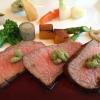 Carne di manzo di Tajima al pepe Asakuro con salsa di soia al vino rosso. Sul retro, verdure croccanti. Ci è stato servito al ristoranteLa Riviere di Yabu