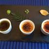 Un formidabile tris di crème brûlée, ancora al ristorante La Riviere. L'ortodossia del dessert è solo apparente perché ogni tazzina è spinta da un'aromatizzazione speciale: nell'ordine da sinistra a destra, tè matcha, pepe Asakuro e zenzero