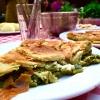 La spanakopita di Klimataria, ossia una torta salata ripiena di spinaci. Evidente l'origine del nome: