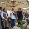 Scabin riceve daPaolo Marchi una torta della pasticceria Alverà: il 9 settembre 2015 il cuoco di Rivoli compie 50 anni