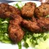 Ultima tappa golosa: la taverna Bairaktaris (indirizzo: Monastirakiou 5, www.bairaktaris.gr). Nella foto, polpette di zucchina