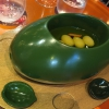 Olive Gordal. Uno dei simboli della saga Adrià: le olive sono immerse in un liquido d'olio extravergined'oliva, cannella, buccia di limone e anice stellato. Si tirano su con un cucchiaino forato, si poggiano su una conchiglia di legno a lato e da qui in bocca.Gordal è una varietàdall'Andalusia