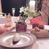 La nostra cena alMeo Modoinizia con vari appetizer:tartare di nasello, gel di olive nere e lime,formaggio di pecora con olio evo e cipresso, cracker di origano e formaggio, pomodoro nero con maionese allo zafferano, pomodoro fermentato con miglio croccante, pelle di merluzzo croccante