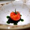 Un pomodoro ricostruito: mousse di pomodoro, carbone vegetale, mousse di mandorle, gel di basilico