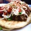 Bairaktaris è però il tempio della carne alla greca: souvlaki, kebab, gyros