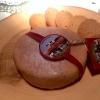 """La celebre Cheesecake di Tickets. La buccia della """"toma"""" a sinistraè composta da cioccolato bianco e crema di nocciole. Nel ripieno, una favolosa crema di brie. Accanto,biscotti di nocciole. Un carrello di formaggi trasformato in dessert"""