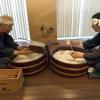 La famiglia delle paste giapponesi (kanmen) è piuttosto ricca: con i somen (foto) ci sono i popolari ramen (farina di frumento, acqua, sale e kansui, cioè acqua minerale alcalina), udon (farina bianca, acqua e sale ma spessore più ampio dei somen e consistenza decisa), soba (farina di grano saraceno e farina bianca intrecciate ad acqua calda o fredda e diametro medio) e chasoba (nella foto, stessa tecnica dei soba e aggiunta di tè verde nell'impasto)