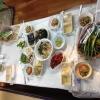 All'interno del mercato, c'è anche un ristorante molto spartano e molto buono. Serve di tutto: hoe (pesce crudo), kimchi (verdure fermentate), guk tang (zuppe), bibimpap…