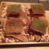Sandwich di fegato di rana pescatrice in sfoglia di miele su chip di funghi