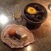 Amuse bouche: Minisandwich di mela e formaggio di capra, croquette alla carota e arancio, latte di tigre e tuorlo d'uovo al tartufo. Sotto, tartufo al cioccolato e gochujang