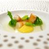 Erbe di campocon tartare di crostacei e brodo d'asparagi