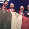 Massimo Bottura non si separa mai da un tricolore che riporta i primi tre articoli della costituzione, uno per colore partendo ovviamante dal verde