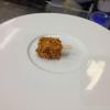 """Magnum di foie gras (prima) Terrina di foie gras cotta sottovuoto, cosparsa di polvere di nocciole tostate e granella di mandorle tostate, il tutto rifinito con Aceto Balsamico di mele. E' probabilmente il piatto più celebre (e copiato) di Massimo Bottura. Alessandra Meldolesi, nel libro """"Sei. Autirotratto della cucina italiana d'avanguardia"""" scrive:""""E' un antipasto trompe-l'oeil, dove una forma inconfondibile dell'industria alimentare custodisce il segreto delle delikatessen più esclusive, il foie gras e l'Aceto Balsamico Tradizionale. Snack contro alta cucina, dessert contro antipasto, entremets versus carne: l'antifrasi è tripla e strappa il riso"""""""