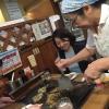 Passiamo alle meraviglie della gastronomia giapponese autentica: sempre sotto al centro commerciale Sogo, drappi di tessuto tinti con ideogrammi nascondono gli ingressi di piccole tavole a conduzione familiare, come questo teppanyiaki. Quattro tavoli in tutto, ognuno con piastra, per arroventarsi qualsiasi cosa. Nel nostro caso, soba meshi (noodle fritti con carne) e okonomiyaki, sorta di frittata. Vietato indossare maglioni pregiati