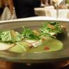 Crema di asparagi verdi con misticanza di erbe e germogli primaverili, uova di trota