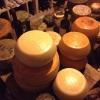 La cantina dei vini del S'Apposentu ospita anche un numero notevole di forme di formaggio di varie stagionature (pecorino, soprattutto)