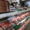 Con la pluri-premiata macelleria Moriya, passiamo al simbolo per cui la città portuale è famosa nel mondo: la carne di Kobe. Ottenuta da vitelli purosangue Tajima, vengono cresciuti per due anni negli allevamenti di Hyogo. Sulle sue caratteristiche di marmorizzazione abbiamo parlato diverse voltenei giorni di Expo. La curiosità che non sapevamo è che fino al 1868, l'anno in cui fu aperto il porto di Kobe, nessuno in città mangiava carne. Furono gli inglesi a insegnare loro l'arte della macelleria. Purtroppo non riusciremo a visitare alcun allevamento. La motivazione ufficiale? «Dovreste stare qui a Kobe per almeno 80 giorni», ci hanno spiegato gli interlocutori di Jetro Kobe, «solo da allora la vostra composizione batterica non risulterà più nociva per i nostri bovini»