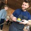 Il piatto successivo è concepito e servito proprio da Riccardo Canella, il sous chef padovano che ha conquistato Redzepi,qui nella foto con Feline Hansen, apprendista di sala