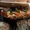 """Sea (""""mare""""):sabbia edibile di aringhe affumicate, alghe, olio di fagioli fermentati con maltodestrina di tapioca. Il tutto è servito con gamberi al vapore, lumache di mare, vongole, ostriche feremntate e tunicata"""