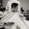 Osteria Francescana: cameriere attento a non sporcare la divisa durante il suo pasto(foto PAJ/Phaidon)