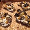 Cracker di alghe e tapioca con polvere di tartufo, uova di salmone, melanzana e purea di mango