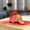 Bon bondi foie gras e polvere di lamponi. La pasta è fatta con latte e kuzu, un amido che deriva da una pianta d'origine asiatica