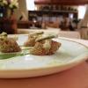 Coscia di capriolo in crosta di polenta, fiori di finocchietto selvatico, borragine e rusculins (i germogli del luppolo) fritti